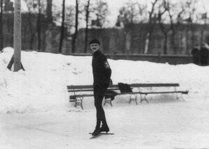 Участник состязаний в Юсуповом саду на льду.