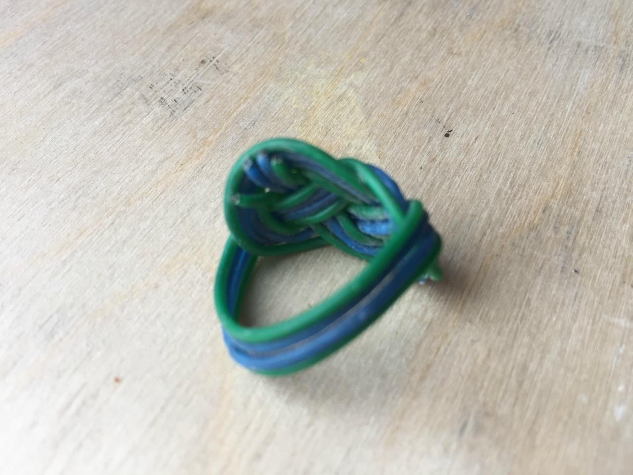 Перстень из цветной проволоки своими руками 7