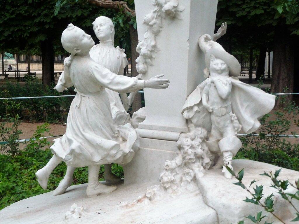 Памятник сказочнику Шарлю Перро