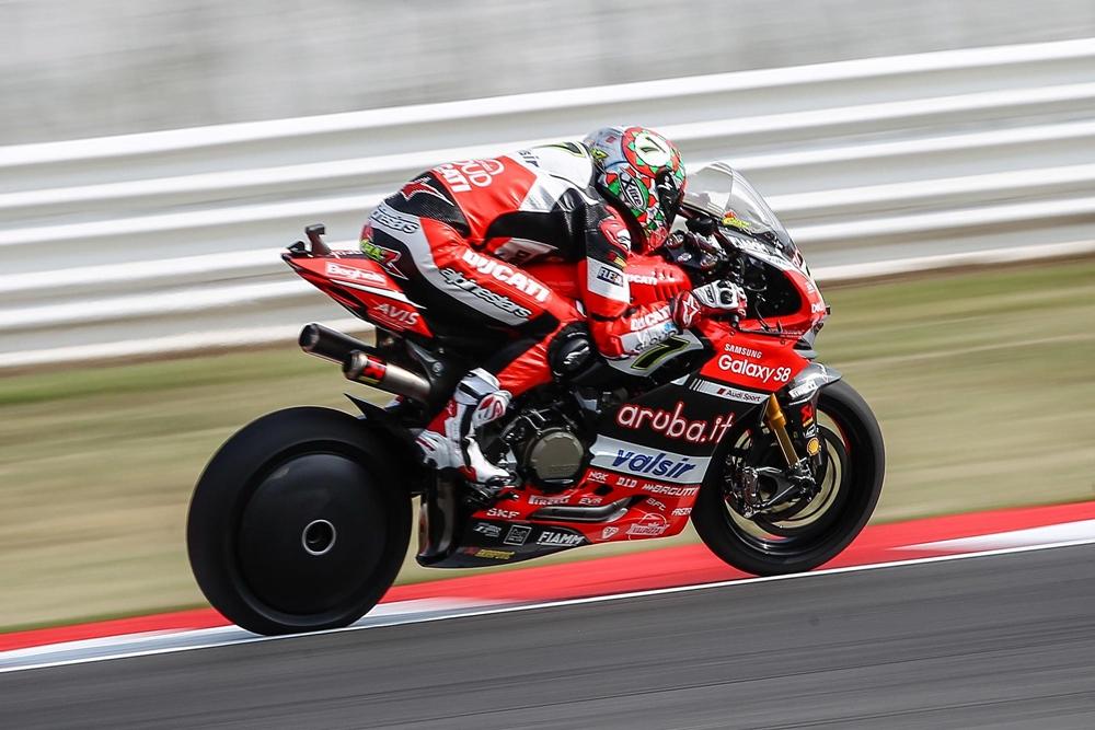 Супербайк Ducati Panigale R с карбоновыми накладками на заднем колесе