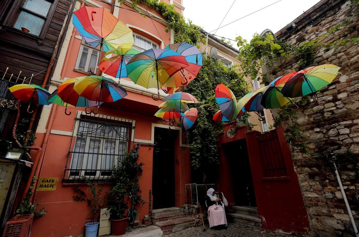 Вот и осень наступила: Турецкая лавочка по просушке зонтов