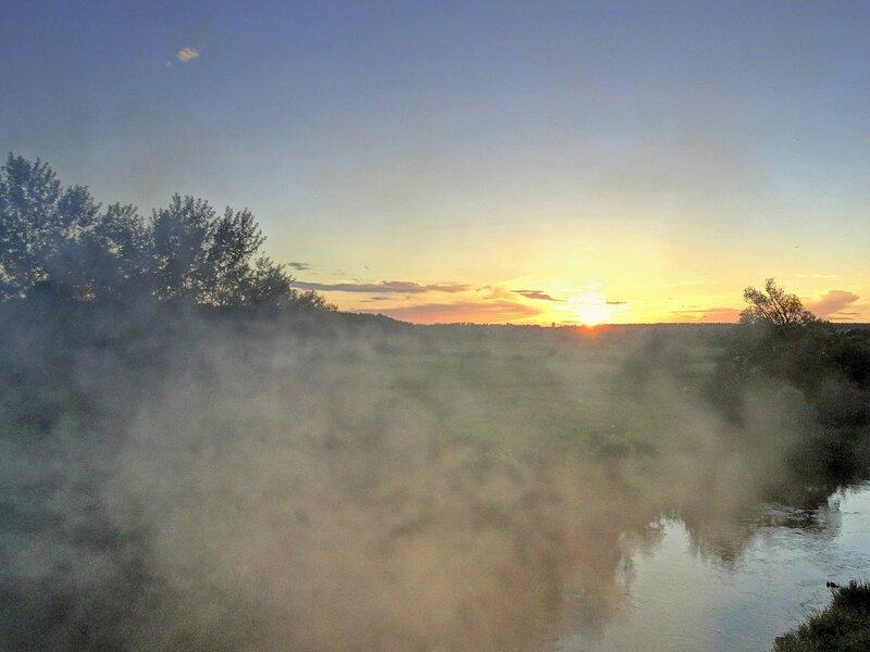 Закат солнца в туманный вечер