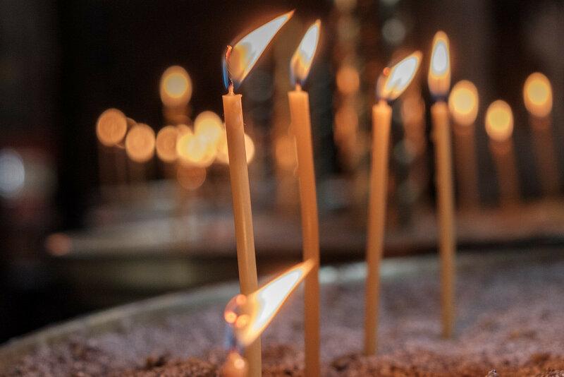 горящие свечи в храме у алтаря Новый Афон, Абхазия 2017