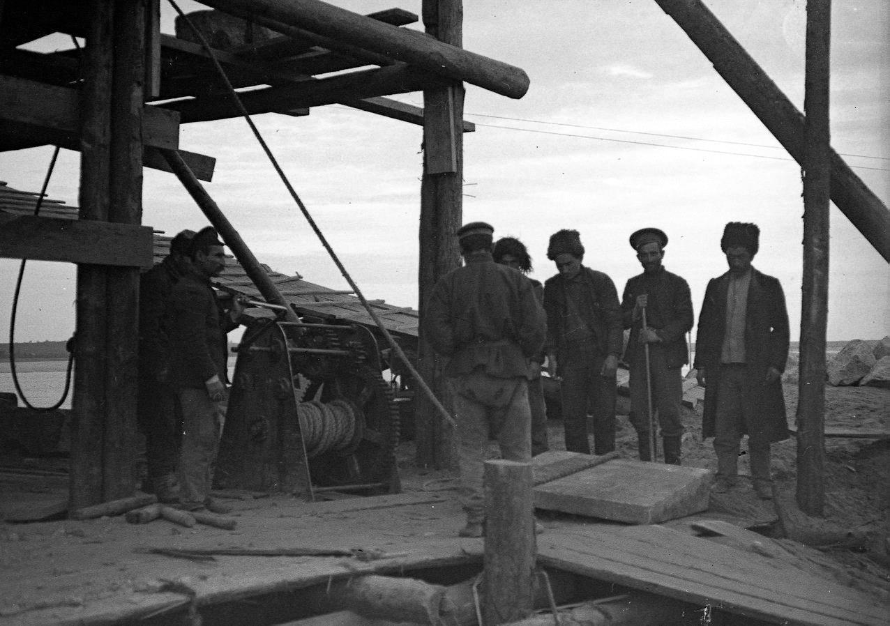 Рабочие на строительстве моста