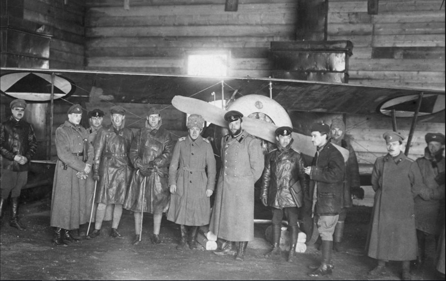 Ангар-амбар Донской авиации. В центре — В. Г. Баранов (в папахе). Февраль — март 1919