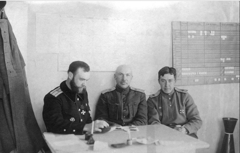 Инспектор авиации ВСЮР генерал-лейтенант И.И. Кравцевич (в центре) в штабе