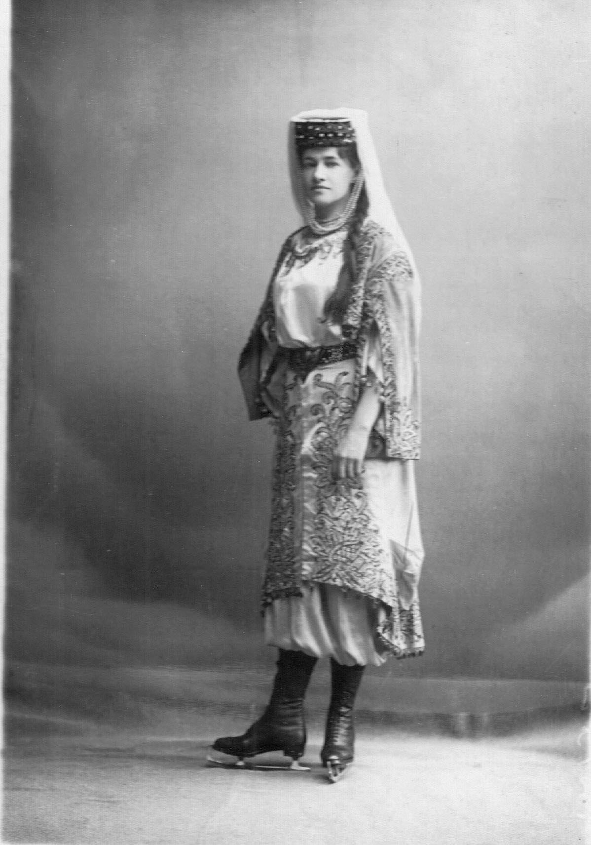 Л.Попова - фигуристка, член Петербургского общества любителей бега на коньках, в молдавском костюме. 1911-1914