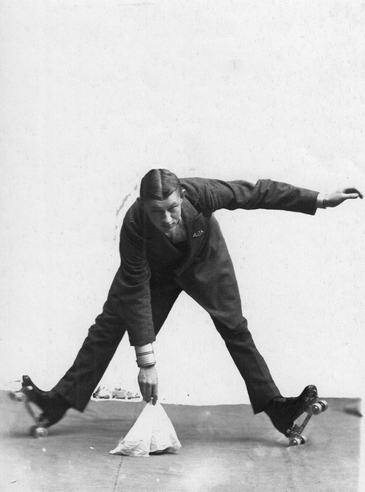 Член Общества готовится к сезону на роликовых коньках. 1911