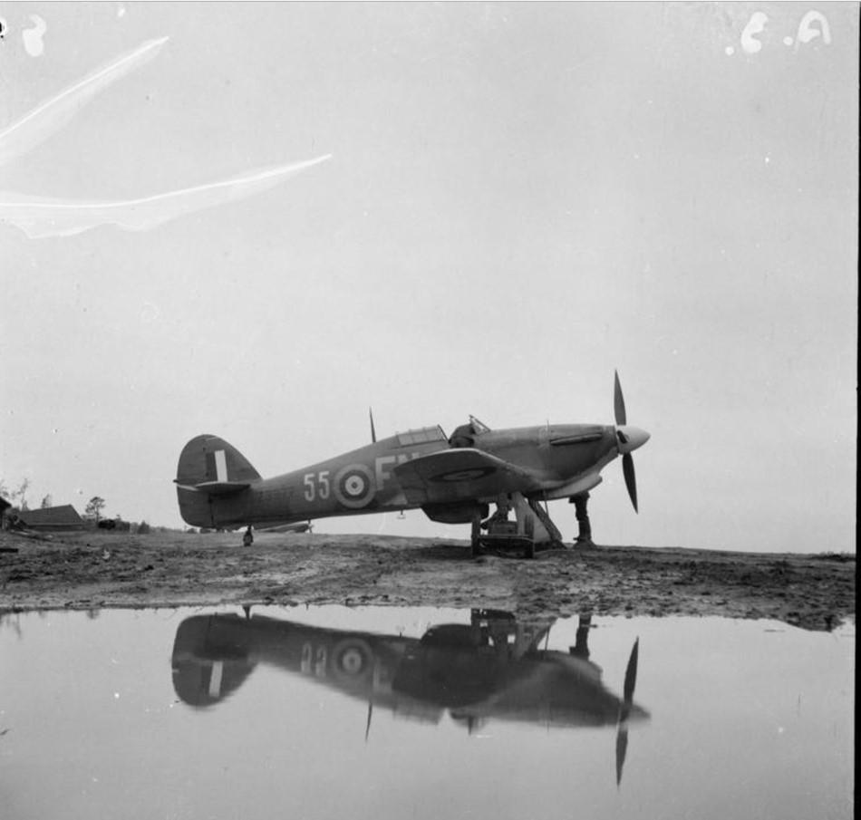 «Хоукер Харрикейн Mark IIB», Z3977 81-ой эскадрильи RAF  на затопленном аэродроме