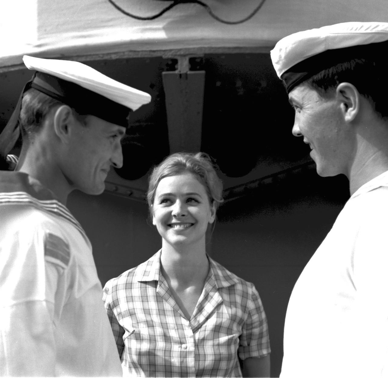 Моряки и женщина на крейсере Аврора, 1965,06