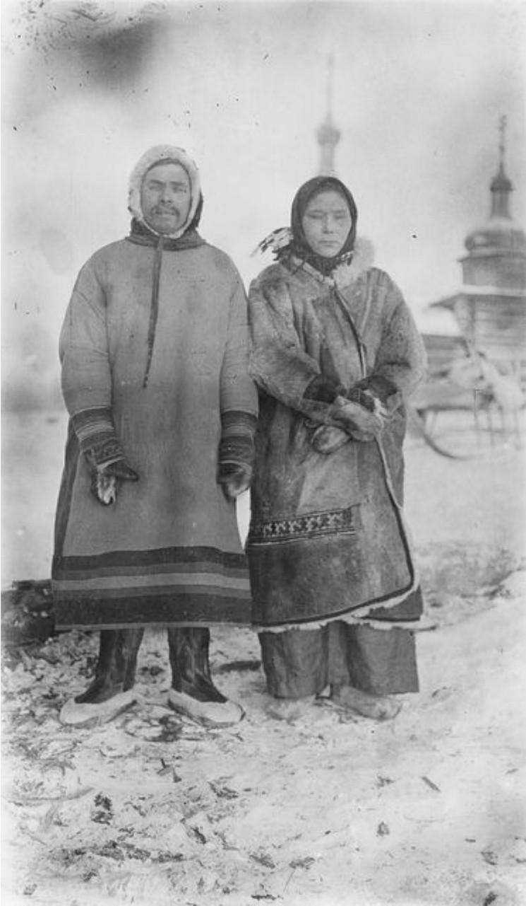 103. В окрестностях села Завадовское. Жена Андреева с шаманом на фоне церкви