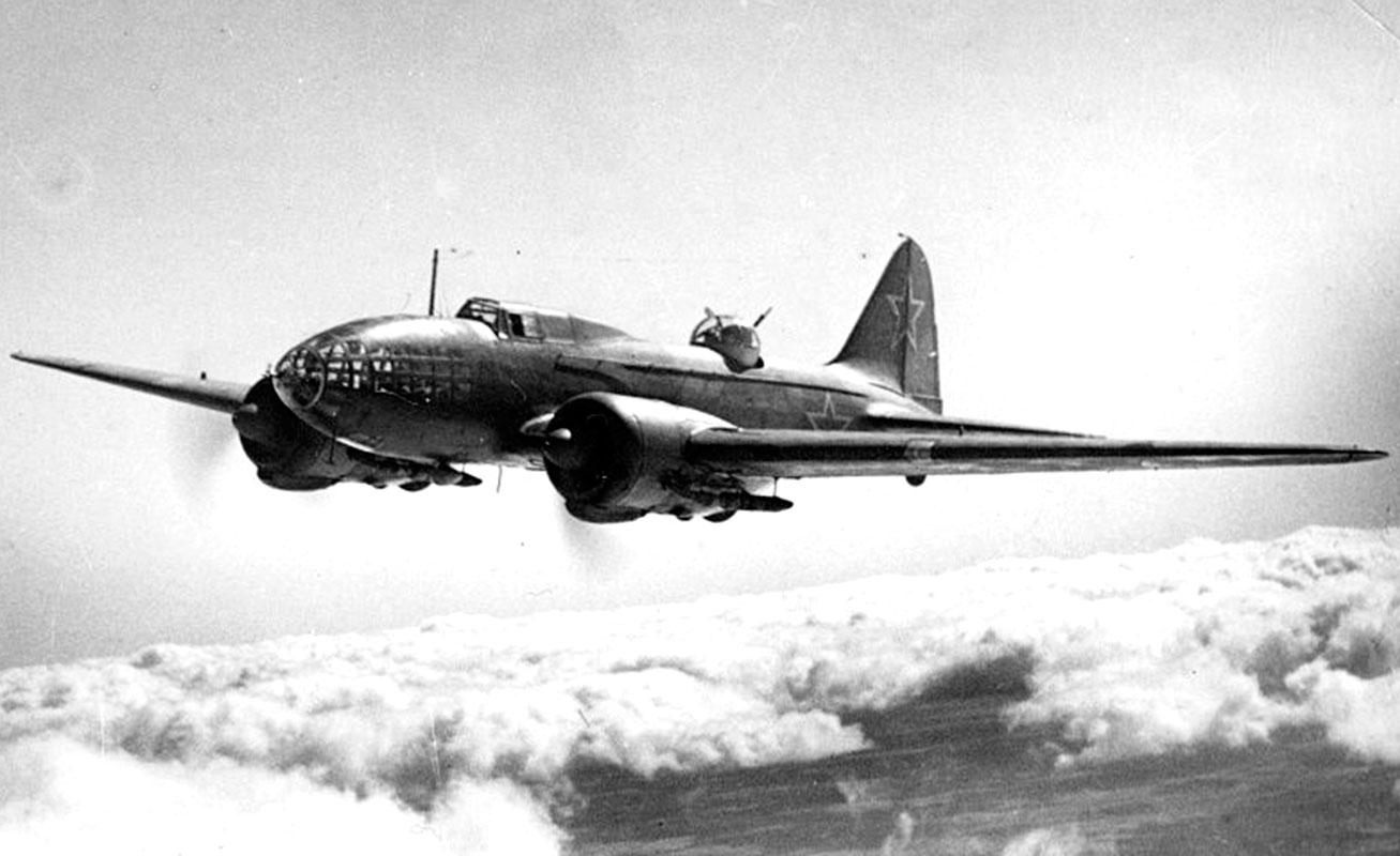 На фото: Дальний бомбардировщик ДБ-3ф (Ил-4) конструкции С. В. Ильюшина.