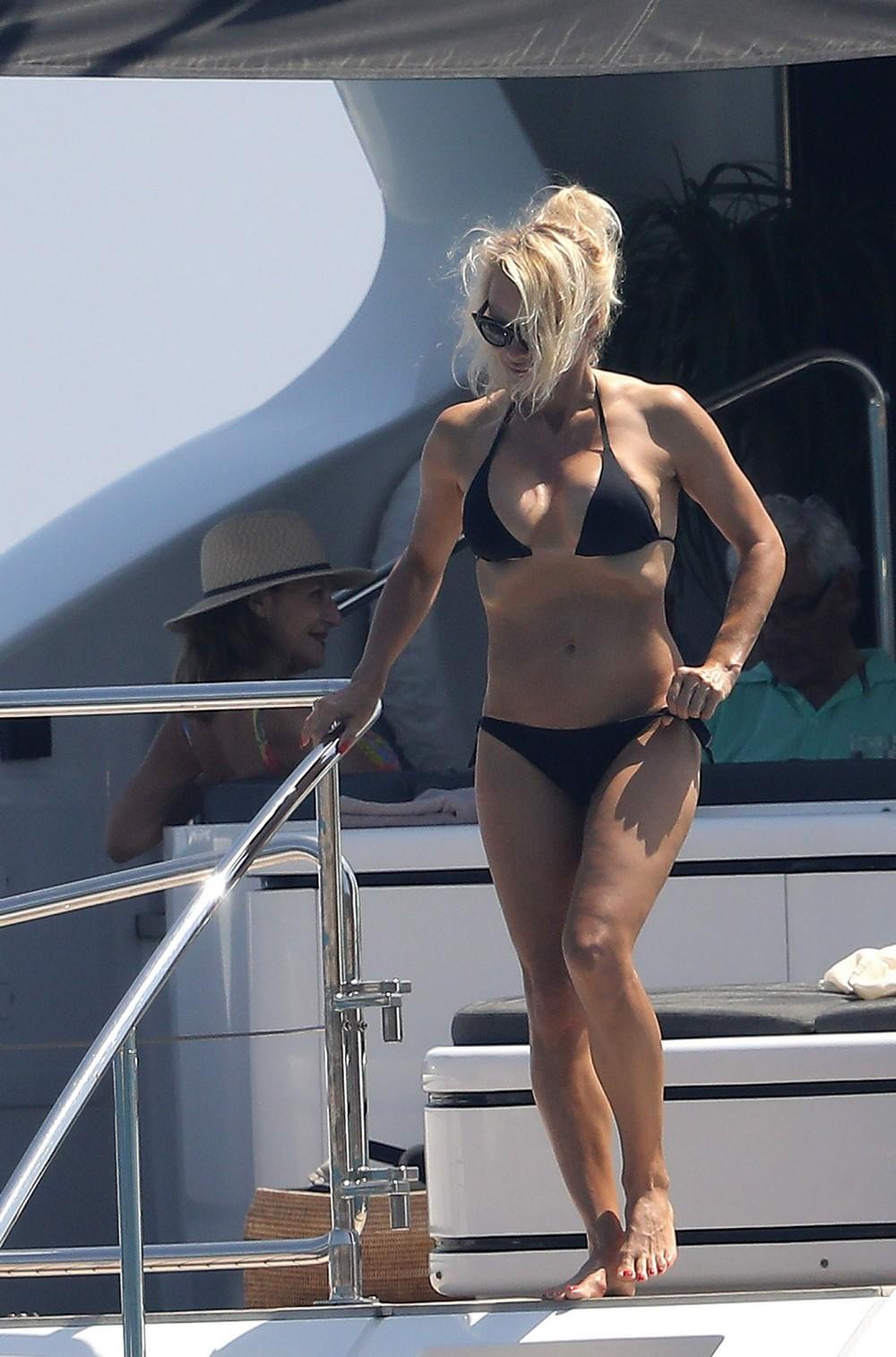 50-летняя Памела Андерсон в бикини
