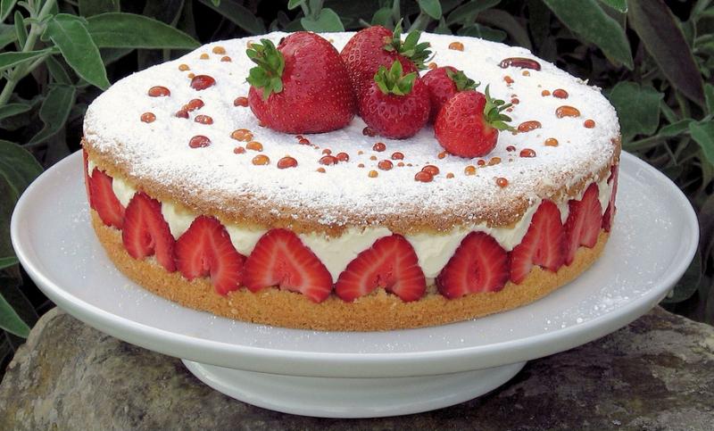 Красивый торт с клубникой.  С международным днем торта!