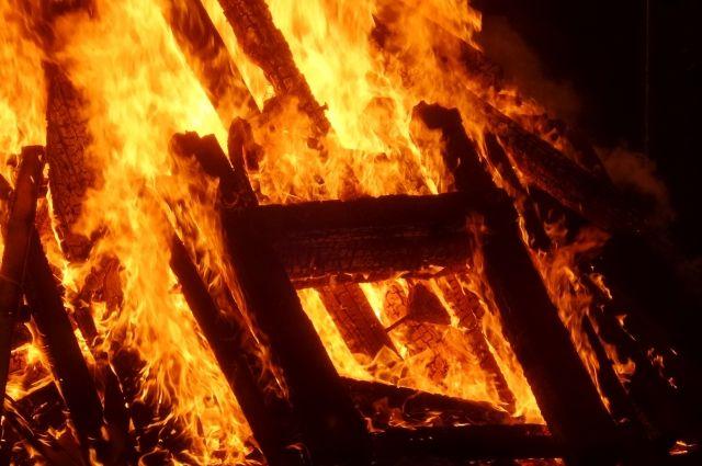 Наместорождении вХМАО упала буровая вышка при пожаре