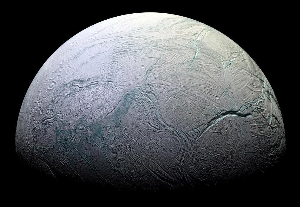4. Энцелад состоит в основном из водяного льда и имеет почти белую поверхность с рекордной в Со