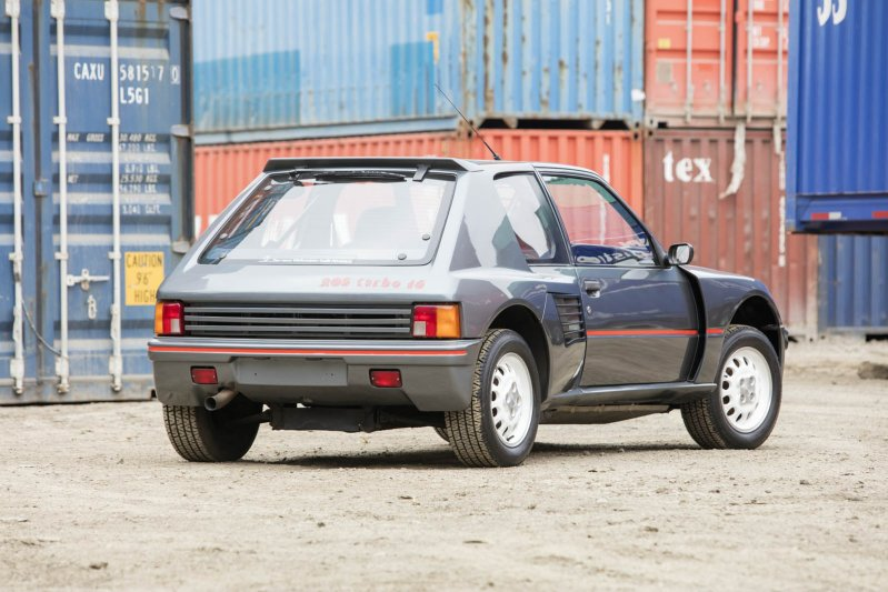 На этом автомобиле сохранились оригинальные шины, а его пробег составляет менее 1,2 тысячи километро