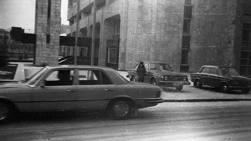 Иномарки в Москве не были чем-то нереальным. На фото у здания ТАСС их сразу две: Mercedes-Benz S-cla