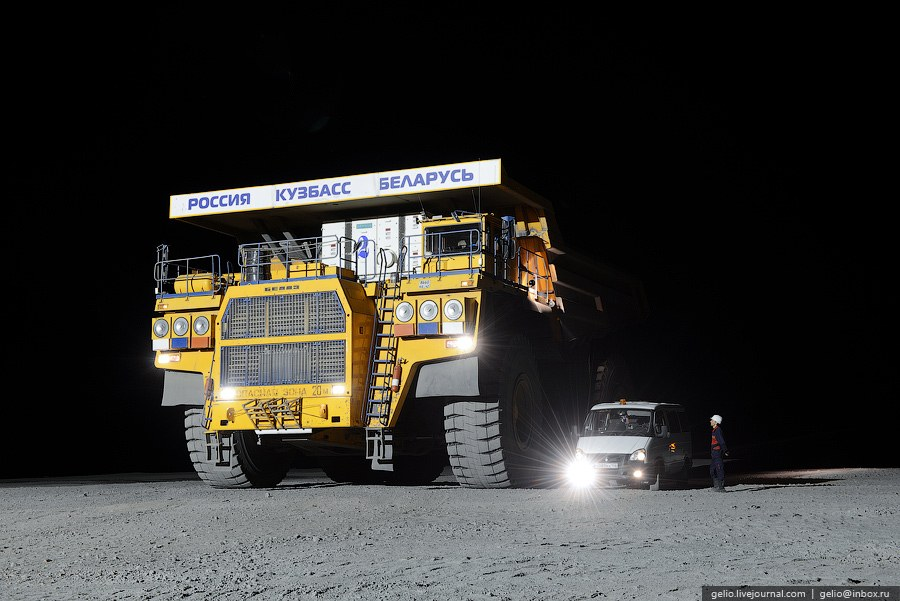 «БелАЗ-75600» оснащен 18-цилиндровым дизельным двигателем весом 11 тонн и мощностью 2610 кВт (3