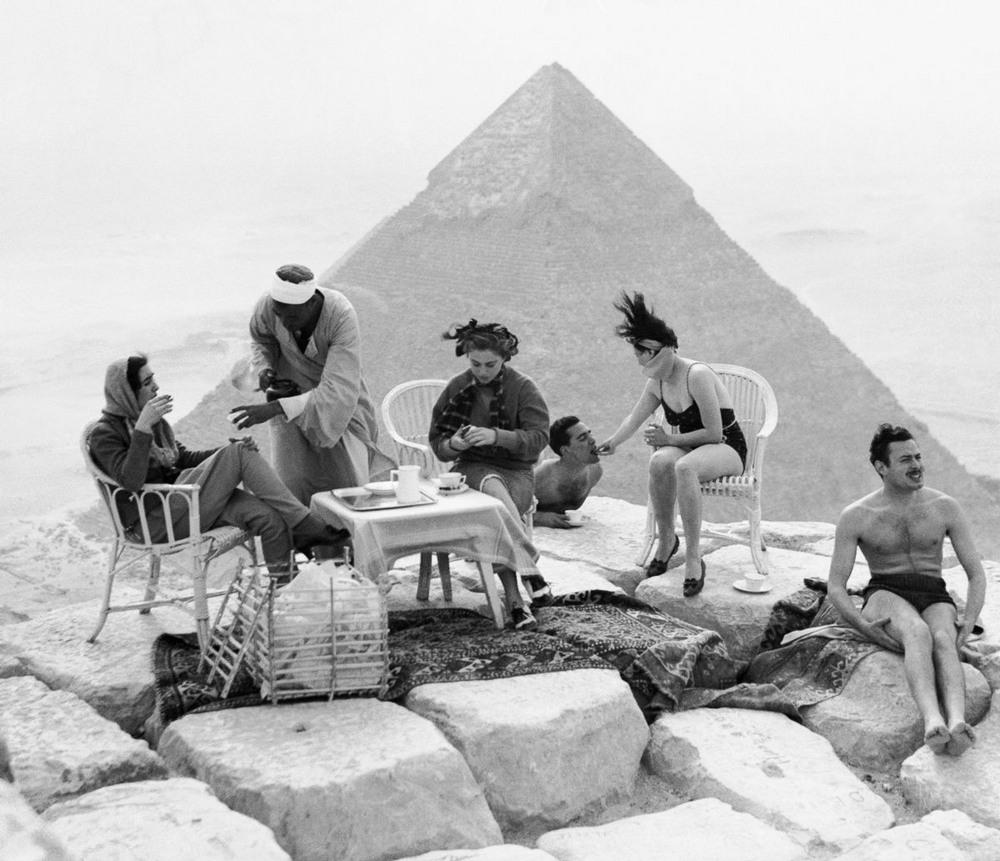 На вершине чуда света: ретро фотографии туристов на пирамидах Гизы (19 фото)