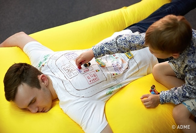 Ребенок увлеченно играет, апапа или мама отдыхает, даеще иполучает массаж? Нет, это не«все включ