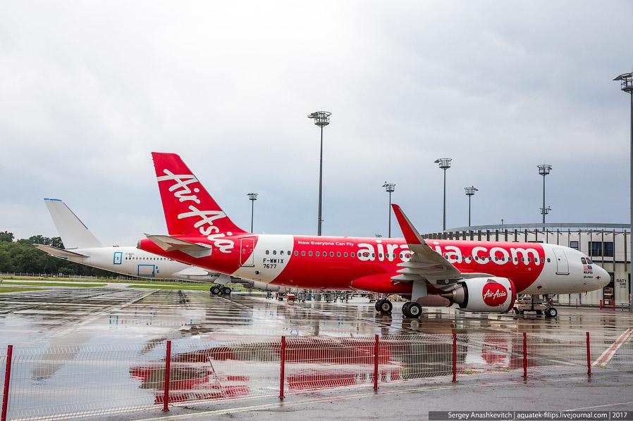 26. Недалеко от цехов A320 высятся огромные стабилизаторы в цветах лучших мировых авиакомпаний