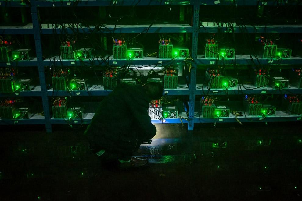 5. Рабочие собирают новенькие майнинг-машины. Китайские фермы выгодны с точки зрения дешевизны