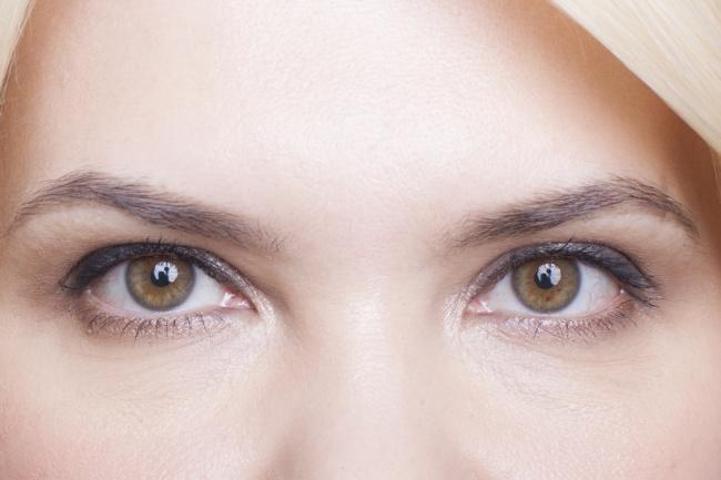 © beautyinsider.ru  Плотно прокрашенные брови счетким контуром делают верхнюю часть лица груз