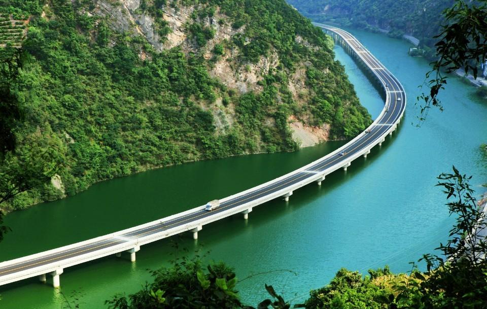 В Китае построили мост не через реку, а вдоль реки (7 фото)