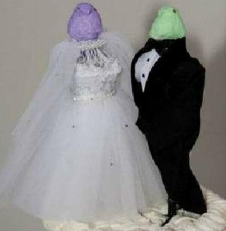 Вот такие фигурки жениха и невесты с головами лягушек.
