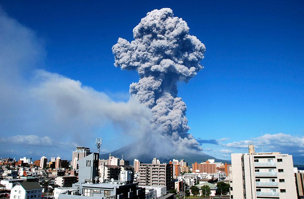 Извержение вулкана Синабунг в северной части острова Суматра, 17 сентября 2013. Столб вулканиче