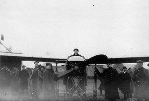 Летчик М.Н.Ефимов в аэроплане перед полетом.