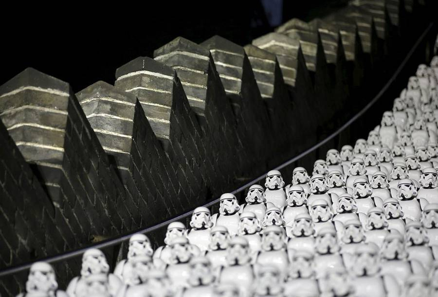 500 Replicas of Stormtroopers on The Great Wall Of China (8 pics)