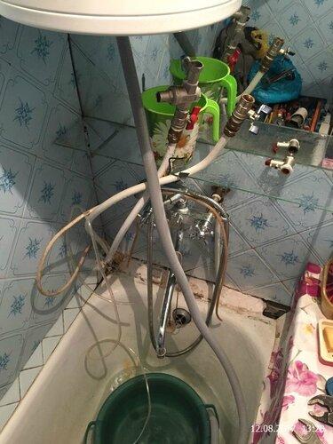 Титан над ванной протекает ржавчиной