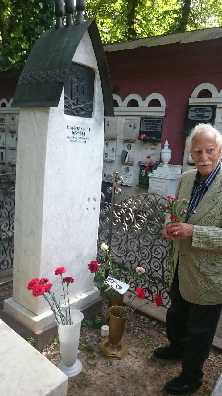 Анхель Гутьеррес у могилы А.П.Чехова на Новодевичьем кладбище. Август, 2017. Фото Игоря Агибалова