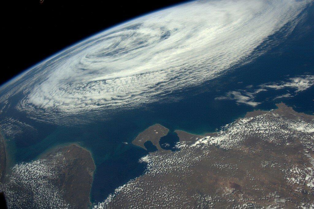 Тропический шторм над океаном