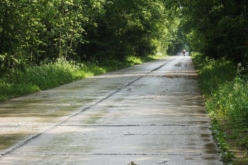 на велосипеде по бетонке на карельском перешейке