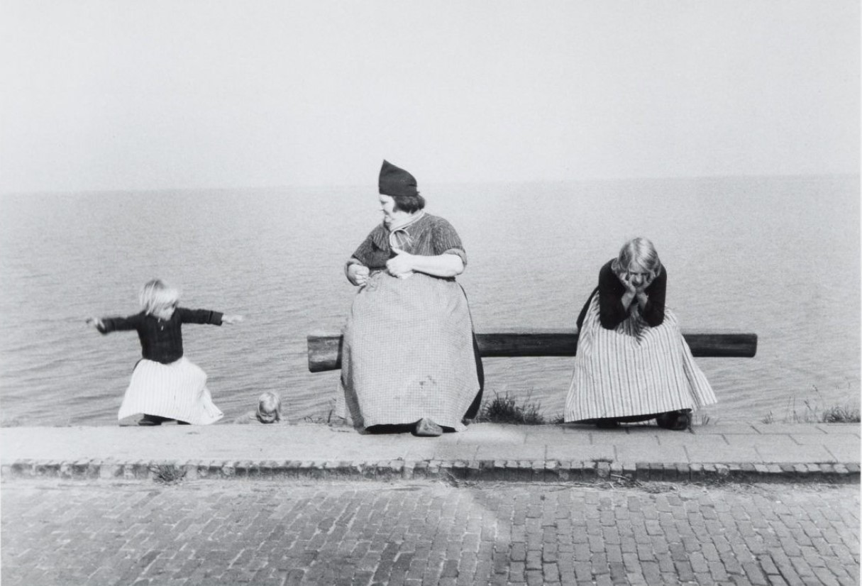 1954. На берегу Зёйдерзе в Волендаме, Голландия