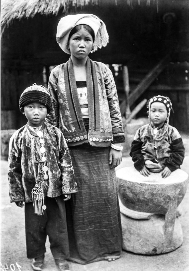1030. Женщина с двумя детьми