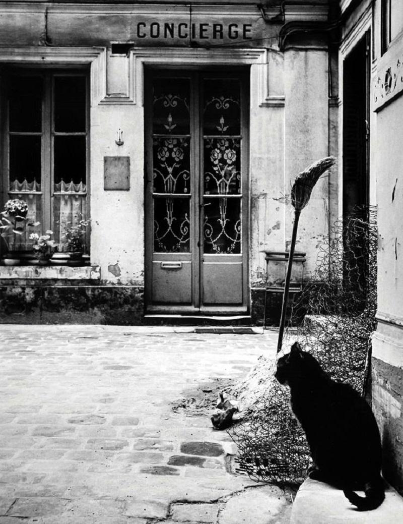 1957. Беседуя с консьержем. Рю де Турнон