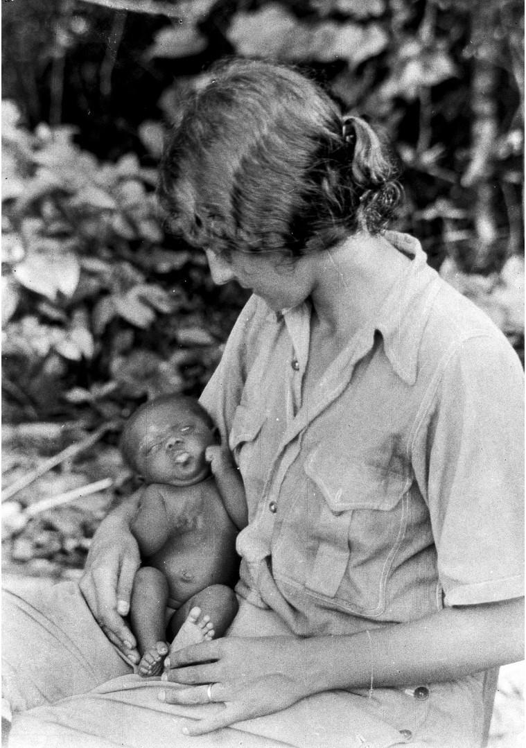 1244. Народность онге. Энджо фон Эйкштедт держит младенца на руках