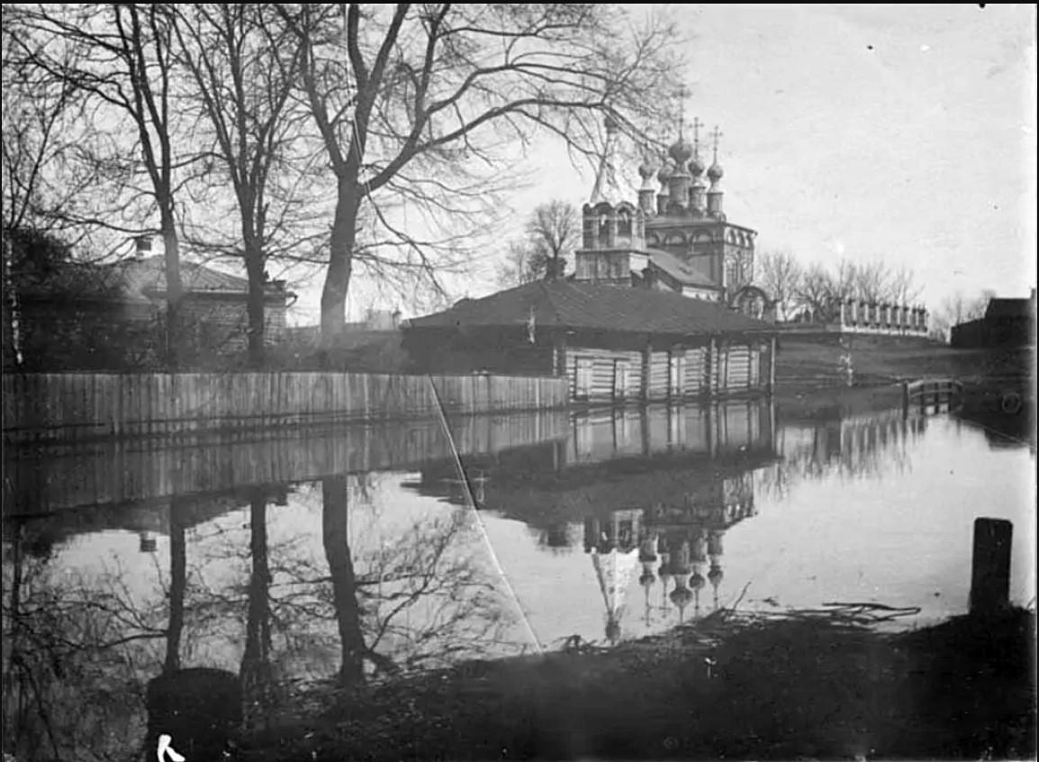 Весенний разлив, вид на Благовещенскую церковь