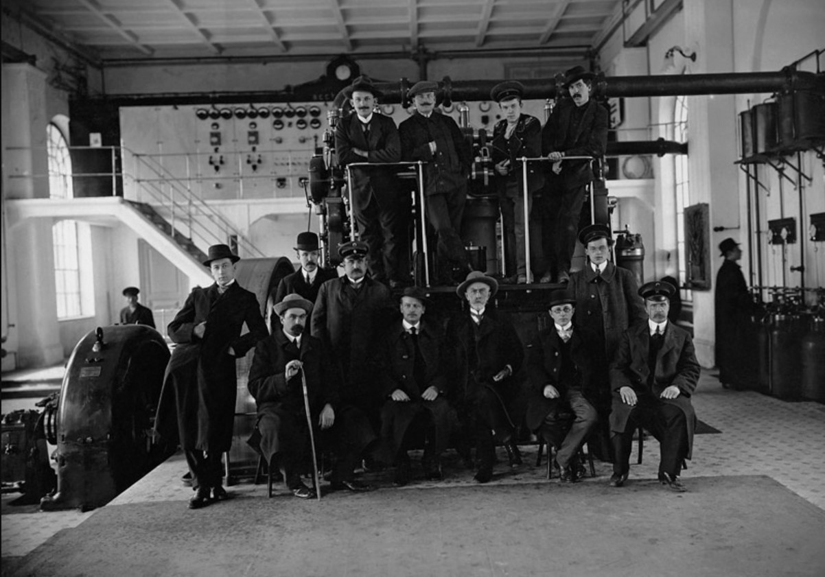 В машинном зале Рязанской городской электрической станции в день ее открытия. 1913