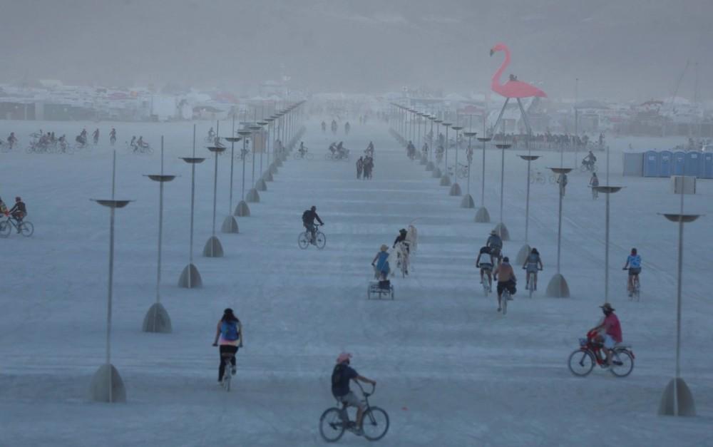 Burning Man 2017 - жаркие девушки, футуристические конструкции и модная пустыня