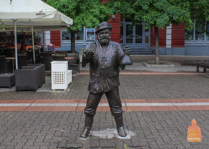 Скульптура на пешеходной улице