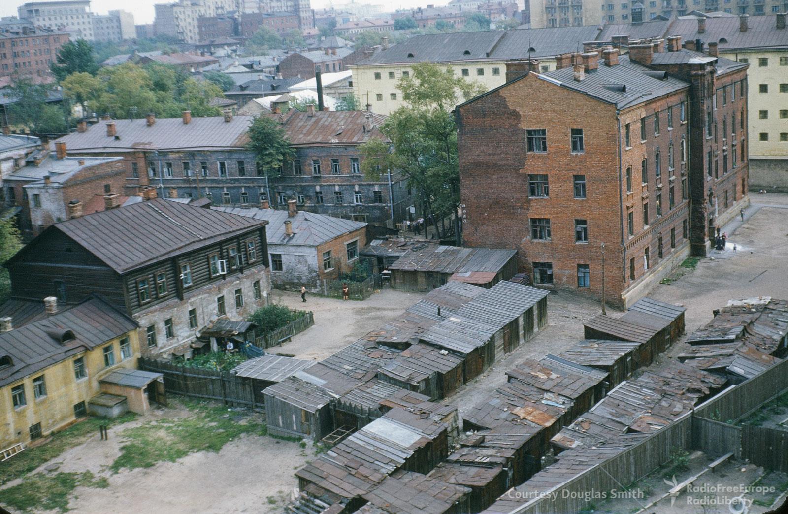 Деревянные дома и крытые жестью ветхие сараи в Таганском районе Москвы.