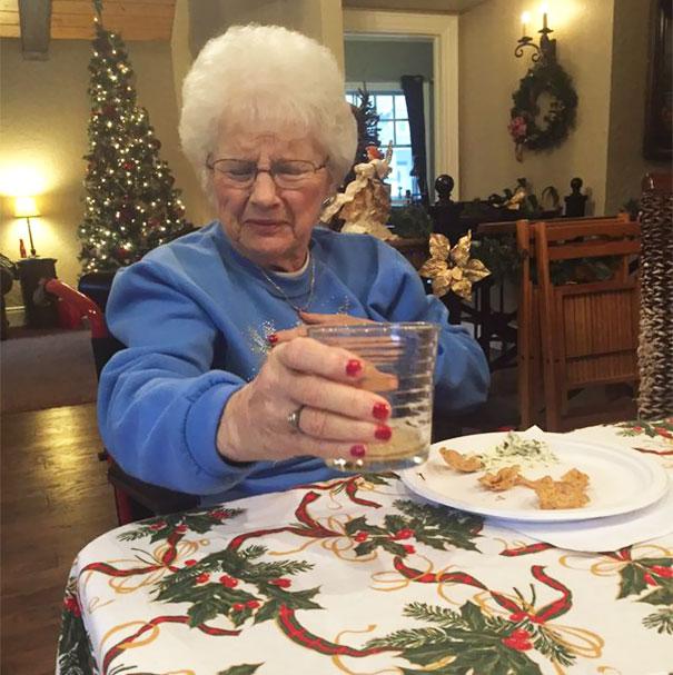 Бабушка, никогда прежде не пробовавшая пиво.