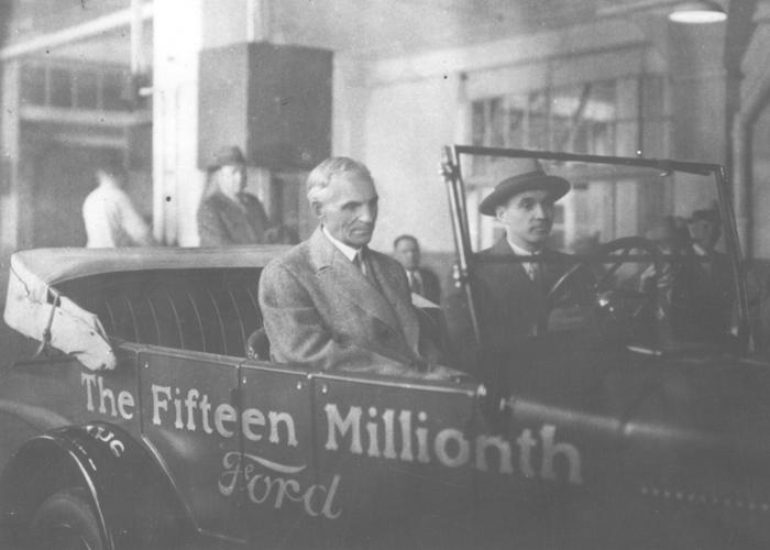 Генри Форд на заводе в Хайленд-Парке на 15-миллионном автомобиле Ford Model T, 1927
