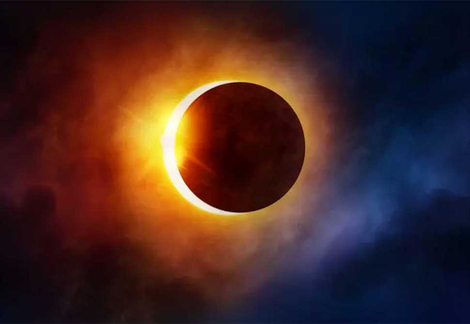То, что Луна, если смотреть на нее с Земли, кажется почти равной Солнцу по размеру во время солнечно