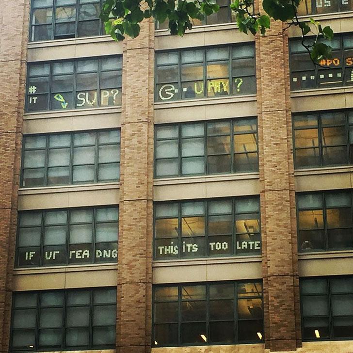 Вскоре на окнах здания напротив появился ответ: «Супер» («Sup»).